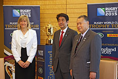 Debbie Jevans, CEO of England Rugby 2015, met Prime Minister Shinzo Abe (centre) and Yoshiro Mori, president of the Japan Rugby Football Union in Tokyo on 26 May.