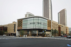 Grand Tree Musashikosugi incorporates 160 shops, restaurants and other businesses.