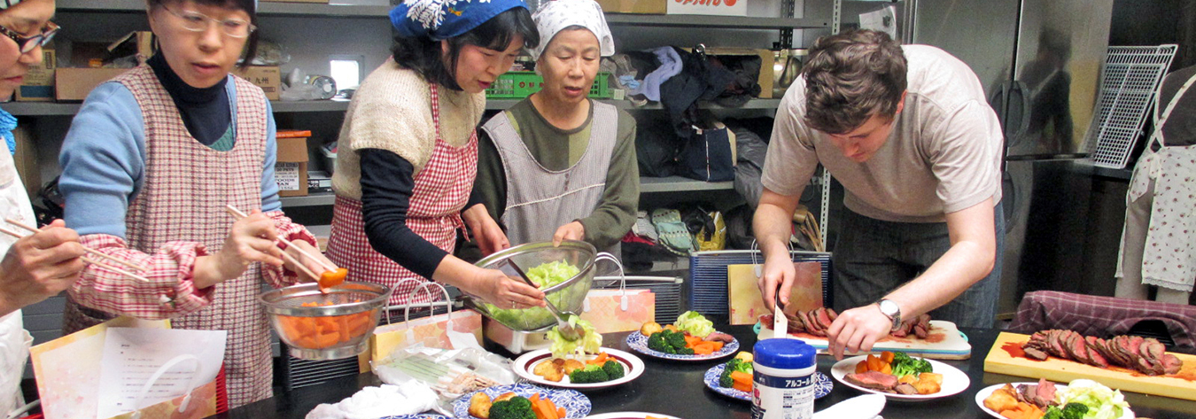 Luke Happle (right) provided cooking classes for people in Miyagi Prefecture.