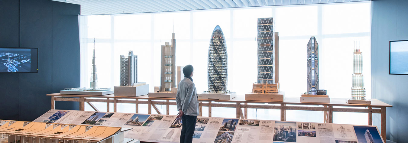 Examples of Foster + Partners designs from around the world were exhibited at Sky Gallery in Roppongi Hills Mori Tower.