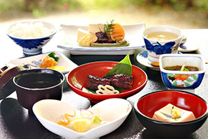 Devotional food, which contains neither fish nor meat, is famous in Yasugi City.
